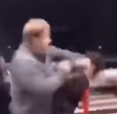 Impactante agresión en Estados Unidos: hombre noquea a niña de 11 años