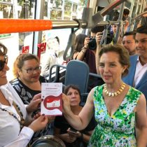 Ministra de Transportes es increpada por taxistas tras mostrar apoyo a Uber y Cabify