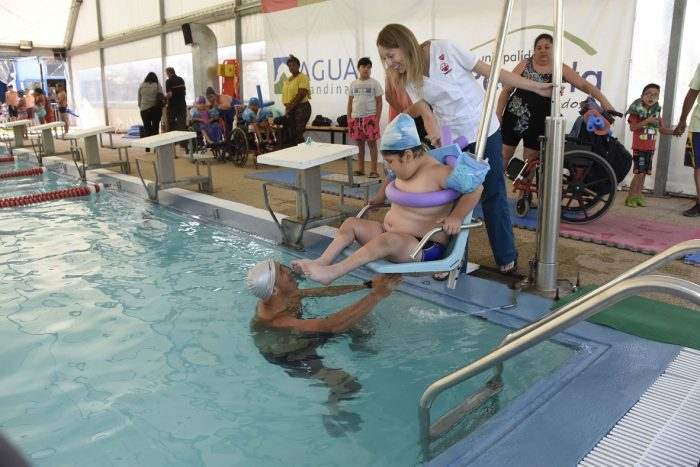 Solo 10 comunas de la RM cuentan con sillas hidráulicas en piscinas municipales