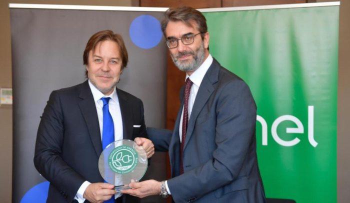 Enel Distribución entrega sello verde a Turner Chile por uso de energías renovables en sus instalaciones