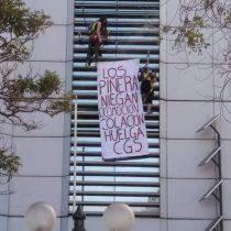 Trabajadoras de CGS se cuelgan desde Torre Telefónica para pedir mejoras laborales