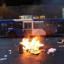 Manifestantes encienden barricadas en Plaza Italia para exigir renuncia de Chadwick