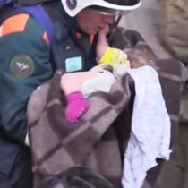 El emocionante momento en que un equipo rescata a un bebé atrapado entre los escombros de un edificio derrumbado en Rusia