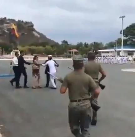 Se arrepintió en el último momento: cadete de la Fuerza Naval de Ecuador huye en plena ceremonia
