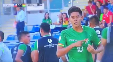 Reivindicación marítima: jugador boliviano celebra nadando en empate contra Chile
