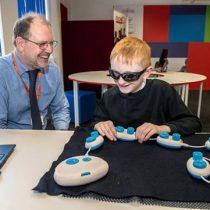 Expertos buscan estimular el interés en ciencias de la computación para los niños con ceguera
