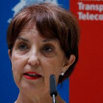 Ministra Hutt se deshace en explicaciones por alza de tarifas en el transporte público