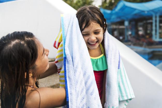 Expertos enseñan cómo cuidar los oídos en verano