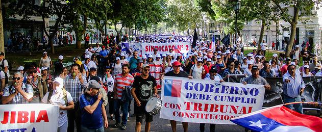 """La """"Guerra de la Jibia"""" llega a Santiago: pescadores industriales arribaron en caravana desde el sur y marchan a La Moneda"""