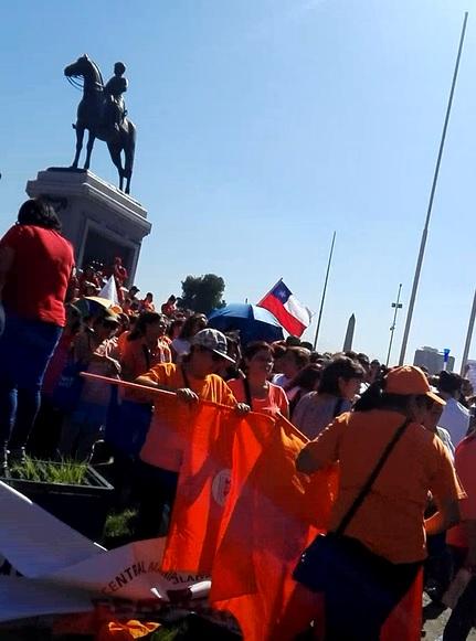Manipuladores de alimentos de Junaeb protestan en Plaza Italia y convocan manifestación en todo Chile