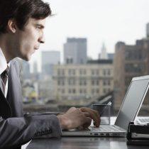 Uno de cada cinco hombres latinoamericanos admite mirar contenido para adultos en su PC laboral