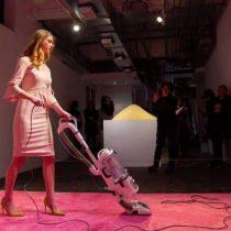 Ivanka Vacuuming: la polémica por la obra que representa la hija del presidente de Estados Unidos aspirando una alfombra