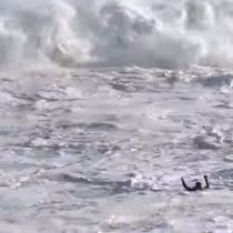 Surfista es rescatado de cinco olas gigantes seguidas en Portugal