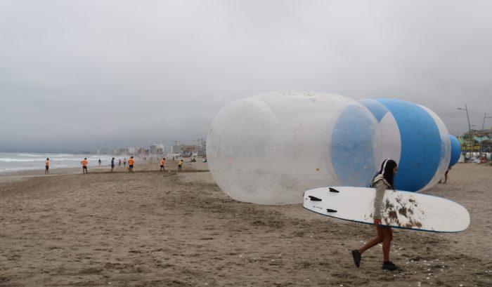 Botellas gigantes aparecen en playa de La Serena