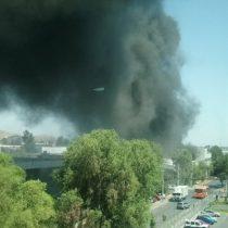 Incendio afecta a empresa en Quilicura