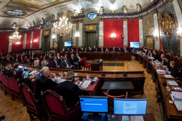 """Histórico juicio contra separatistas catalanes comienza con acusaciones de """"vulneración de derechos fundamentales"""" y protestas"""