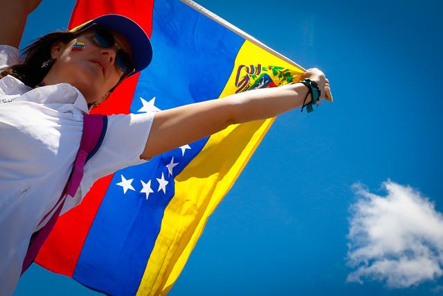 La violencia frustra intento de llevar ayuda a Venezuela desde Colombia