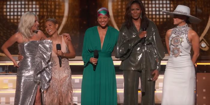 Mujeres arrasan en los Grammy y comparten el escenario con Michelle Obama