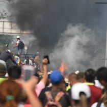 Denuncian que adherentes de Maduro quemaron camiones con ayuda humanitaria