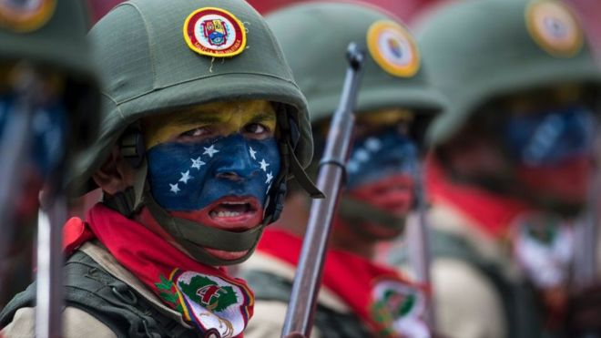 Todos miran a los militares en Venezuela