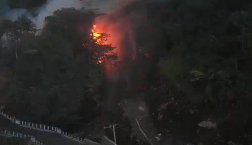 Volcán indonesio entra en erupción y obliga a evacuar la zona