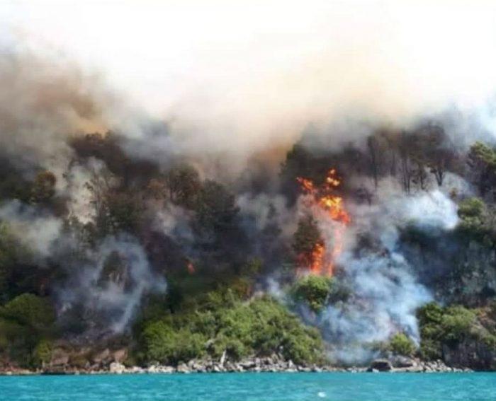 Alerta roja en Aysén: incendios amenazan sector de las Catedrales de Mármol