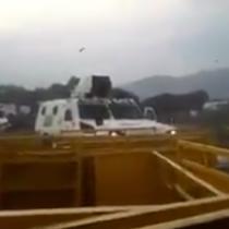 Atropellan a fotógrafa chilena con las tanquetas usadas por los militares venezolanos que desertaron