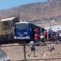 Impactante choque entre imprudente micro y tren deja 14 personas lesionadas en Antofagasta