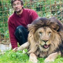 El hombre que murió al ser atacado por un león que criaba en el patio de su casa