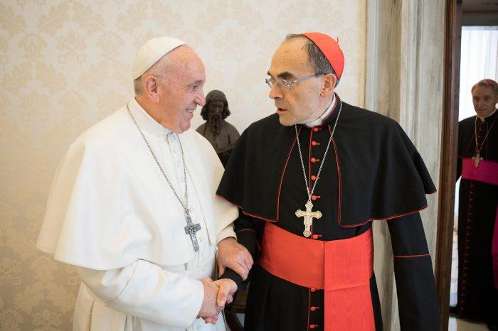 Papa rechaza renuncia de cardenal francés y enfurece a víctimas de pedofilia