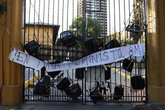 Toma feminista de la Facultad de Arquitectura de la Universidad de Chile se cuadra con la huelga del 8M