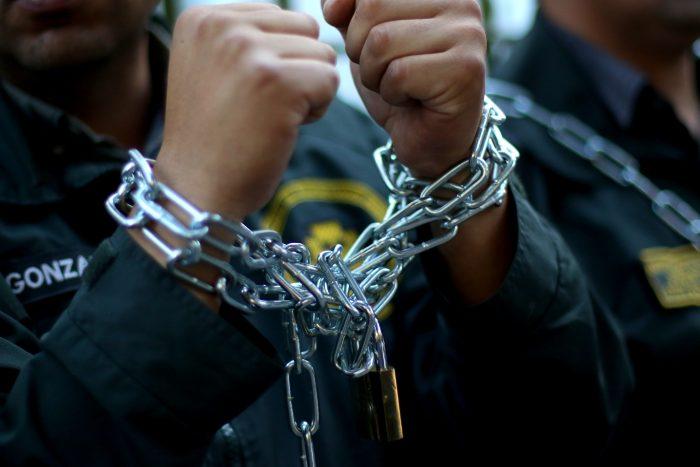 Acusan criminalización de su labor: funcionarios de Gendarmería se encadenan a las afueras del INDH