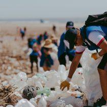 Jornada de limpieza retiró cientos de kilos de plástico en las playas de Arica tras aluviones