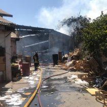 Bomberos controló incendio que se propagó por 3 empresas en Independencia