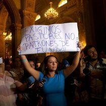 La violenta reacción de un diácono en contra de una mujer que levantó pancarta durante primera misa de Celestino Aós