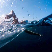 Nadando contra el plástico: la activista que planea dar la vuelta a Rapa Nui