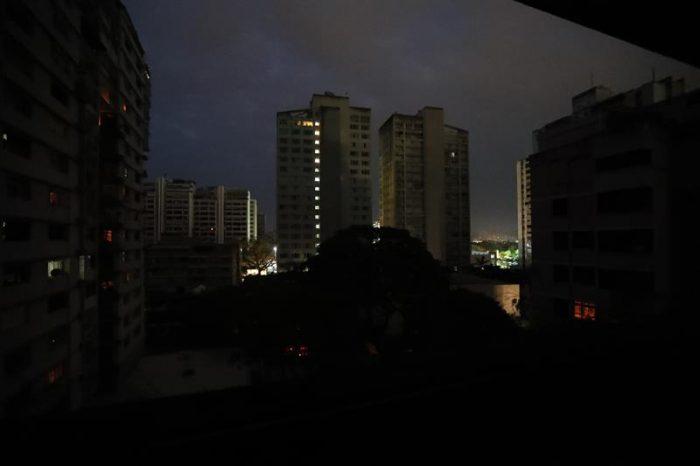 Caracas y 15 estados de Venezuela sufren apagón: gobierno acusa sabotaje