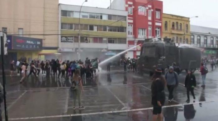 Suspenden a carabinero encargado de carro lanza agua que dejó con heridas graves a joven durante marcha del 8M en Valparaíso
