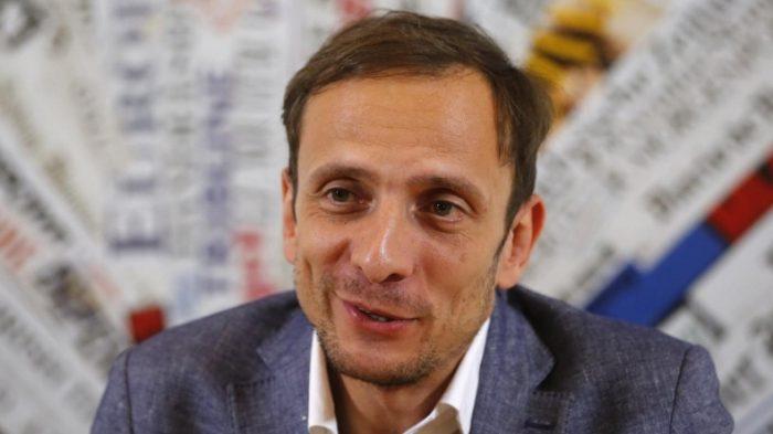 Político italiano reconocido como antivacunas es internado de urgencia por contagiarse de varicela