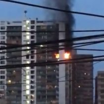 Una persona fallecida dejó un incendio que afectó a un departamento en Iquique