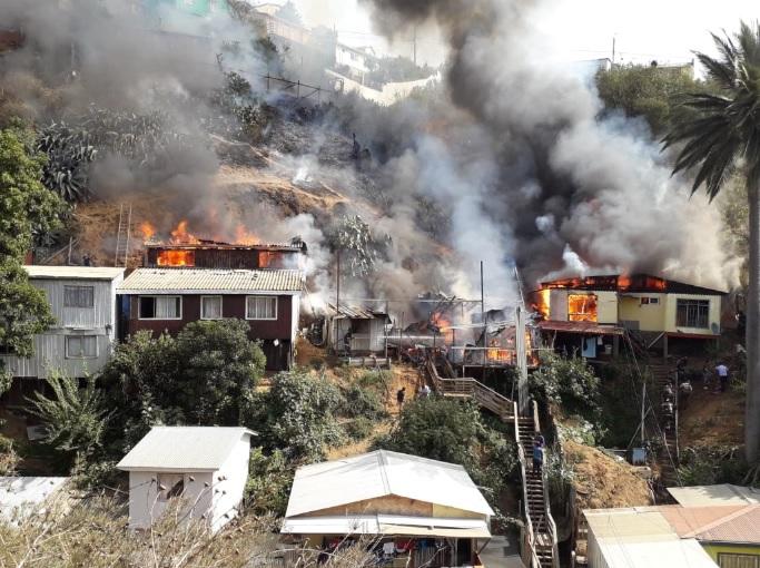 Incendio en Cerro San Roque de Valparaíso deja a 16 personas damnificadas