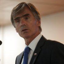 Ministro Valente lamenta cierre de Guante pero advierte que las empresas tienen que adaptarse a los cambios