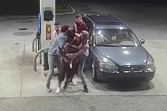 Cámara de seguridad graba a grupo de amigos repeliendo un asalto en una bencinera en Estados Unidos
