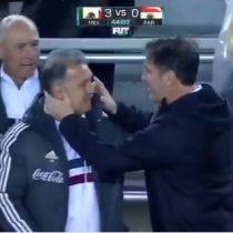 Tata Martino recibe fuerte pelotazo de su excompañero y colega Eduardo Berizzo en el partido México-Paraguay