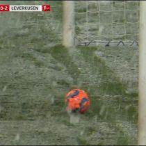 La suerte de Aránguiz: tormenta de nieve evita gol en contra del Bayer Leverkusen