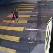 Hombre es impactado por auto luego de empujar a su hija para salvarla