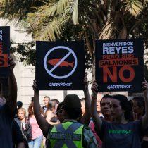 Reyes de Noruega enfrentan manifestaciones en su llegada a Punta Arenas