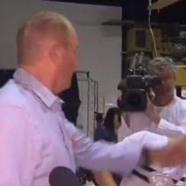 Senador australiano abofetea a joven que le reventó huevo en la cabeza