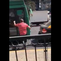 Violenta pelea entre taxista y conductor de Transantiago en pleno centro de Santiago