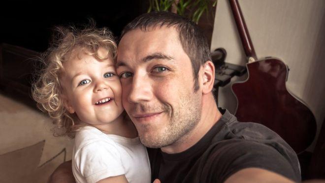 """Qué es el """"sharenting"""" y por qué deberías pensártelo dos veces antes de compartir la vida de tus hijos en redes sociales"""